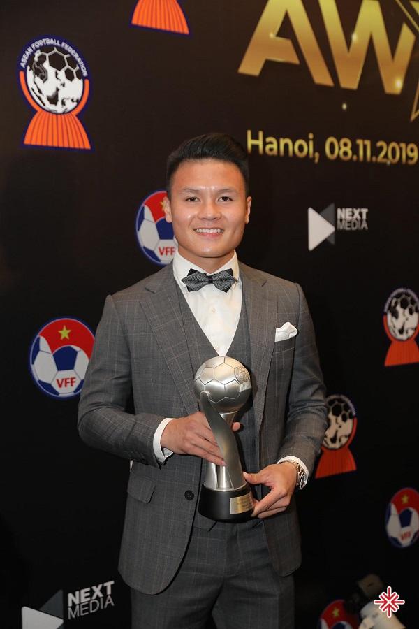 Năm 2017, khi chỉ vừa tròn 20 tuổi, Quang Hải đã giành được Quả bóng đồng Việt Nam trong sự ngưỡng mộ của bao đồng nghiệp cùng trang lứa.