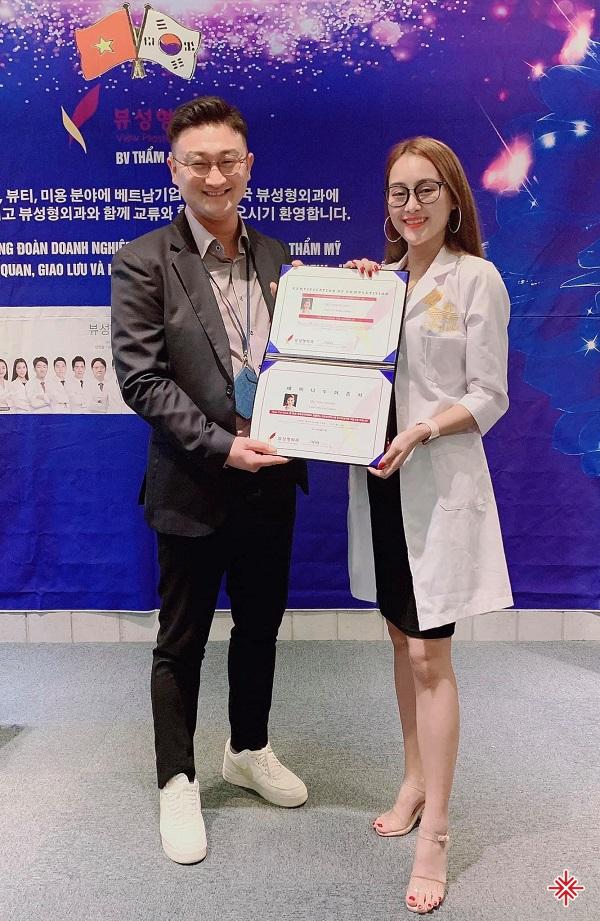 Nữ CEO Trần Hạnh rạng ngời đón nhận chứng chỉ kết thúc khóa học tại bệnh viện phẫu thuật thẩm mỹ View - Hàn Quốc.