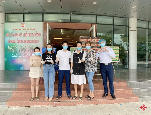 Nữ CEO cùng đội ngũ bác sĩ thẩm mỹ Hồng Hạnh chung sức hỗ trợ bà con mùa dịch.