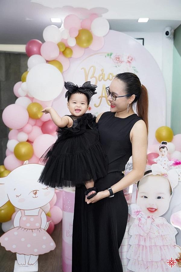 Nữ CEO Trần Hạnh hạnh phúc đón mừng sinh nhật bên cô công chúa bé nhỏ.