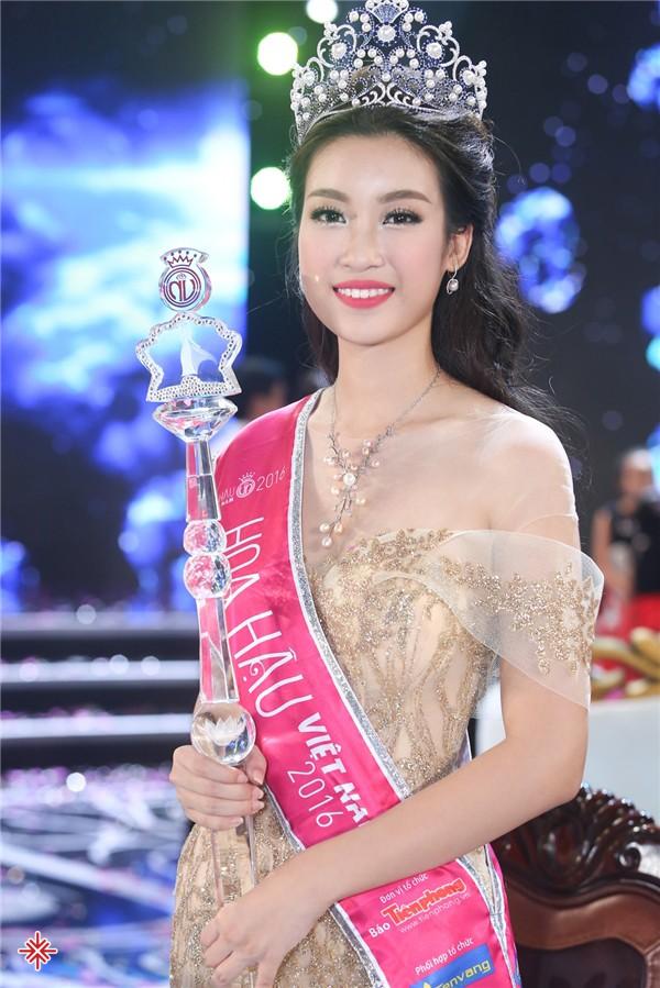 Hoa hậu Đỗ Mỹ Linh thời điểm mới đăng quang Hoa hậu Việt Nam 2016.