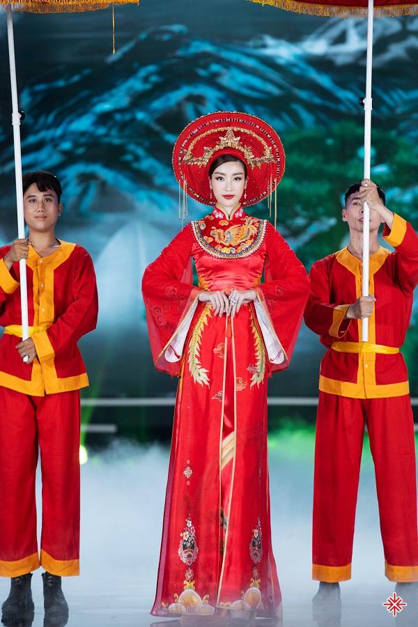 Cô hóa thân vào hình tượng Thánh Mẫu thiêng liêng trong Hoa hậu Việt Nam 2020.