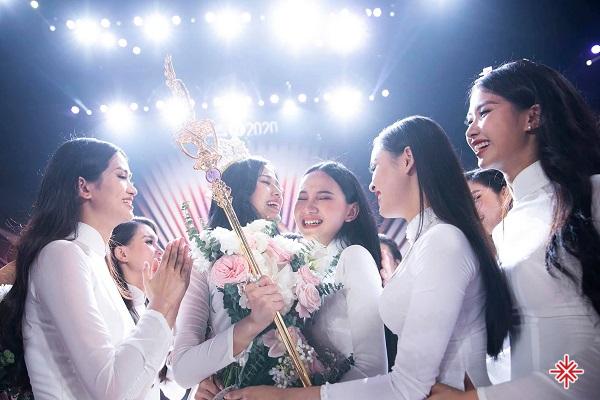 Cảm xúc vỡ òa của Đỗ Thị Hà cùng các thí sinh khác khi cô đăng quang ngôi vị Hoa hậu Việt Nam 2020.