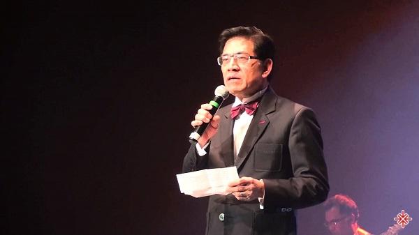 Nguyễn Ngọc Ngạn lịch lãm với vai trò MC trên sân khấu Paris By Night.