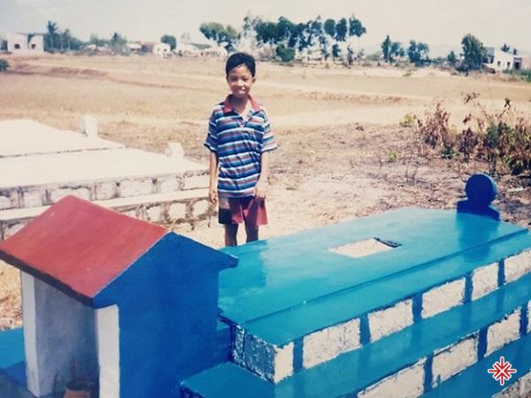 Thời thơ ấu của Nguyễn Hồng Thuận gắn liền với bia mộ và nghĩa trang.