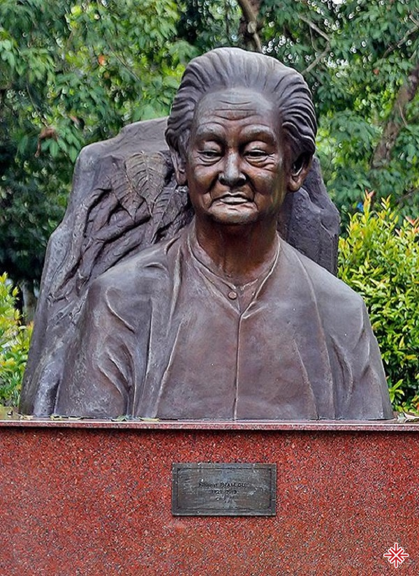 Bức tượng nhạc sĩ Phạm Duy được lập nên để thể hiện lòng kính trọng với vị nhạc sĩ tài danh.