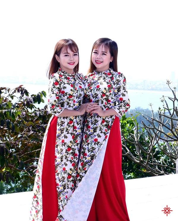 Hai chị em duyên dáng trong tà áo dài truyền thống dân tộc.