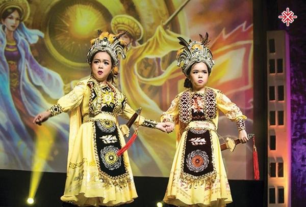 Cặp song ca Thanh Hằng - Thanh Hà nhập tâm trong một vở tuồng cổ.