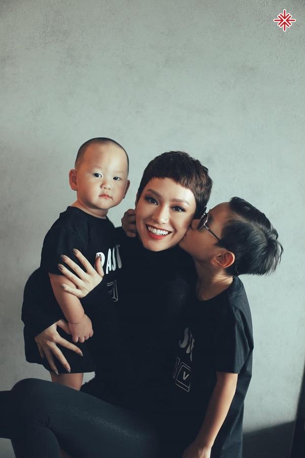 """Trà My Idol rất """"chăm chỉ"""" cho việc chụp hình cùng con cái để lưu giữ những khoảng khắc ý nghĩa."""