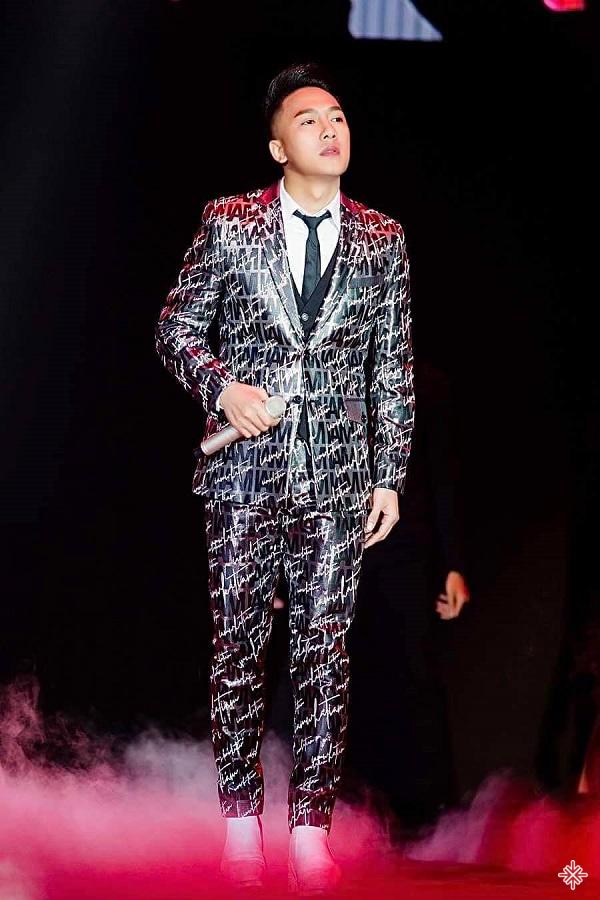 Từ một ca sĩ đắt show hát tỉnh, Châu Khải Phong một bước bật lên làm ngôi sao đình đám, được mời biểu diễn ở cả các chương trình lớn trong nước, hải ngoại.