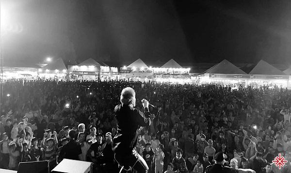 """Châu Khải Phong đã """"đánh mạnh"""" trong những chương trình ca nhạc được tổ chức khắp trên cả nước thay vì chỉ tập trung vào những thành phố lớn tại Việt Nam."""