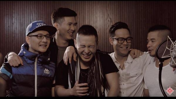 Hoàng Hải cùng các thành viên trong nhóm nhạc Tình Bạn.