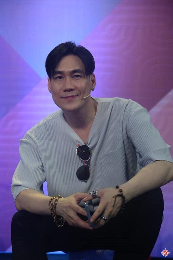 Dù được biết đến là sinh ra trong gia đình có điều kiện song Khánh Phương khẳng định, anh tự hào vì bản thân tự kiếm ra tiền để lo cho cuộc sống của mình mà không dựa vào bố mẹ.