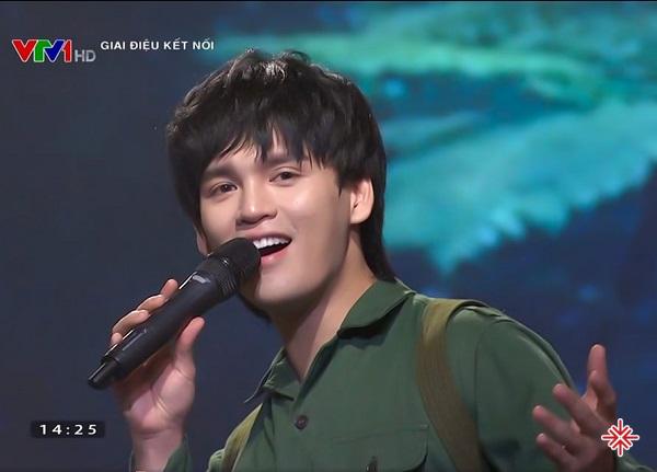 Trung Quân hát tại chương trình Giai điệu kết nối trên truyền hình.