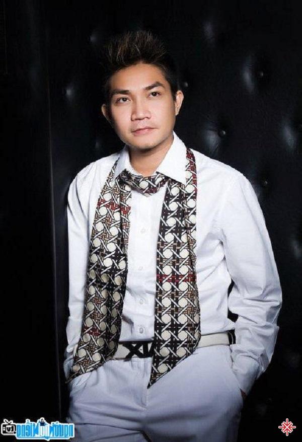Sau cuộc khủng hoảng kinh tế, Khánh Hưng chuyển đến Mỹ sinh sống, và vẫn theo đuổi đam mê ca hát của mình.