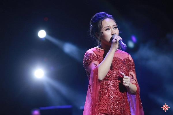 Khánh Linh trình diễn ca khúc Giấc mơ trưa trong Khánh Linh concert 2015.