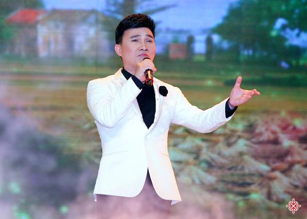 """Quang Linh được người trong nghề gọi là ca sĩ """"đại gia"""" bởi một bài anh hát có giá trị tương đương với 4 căn nhà mặt tiền."""