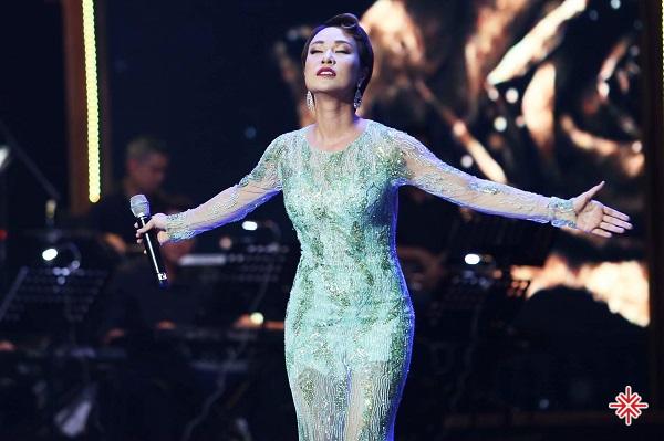 Với giọng hát tốt và phong cách biểu diễn tự nhiên, Uyên Linh đã thể hiện xuất sắc hai ca khúc Dệt tầm gai tại chương trình Soul of Melody 2008.