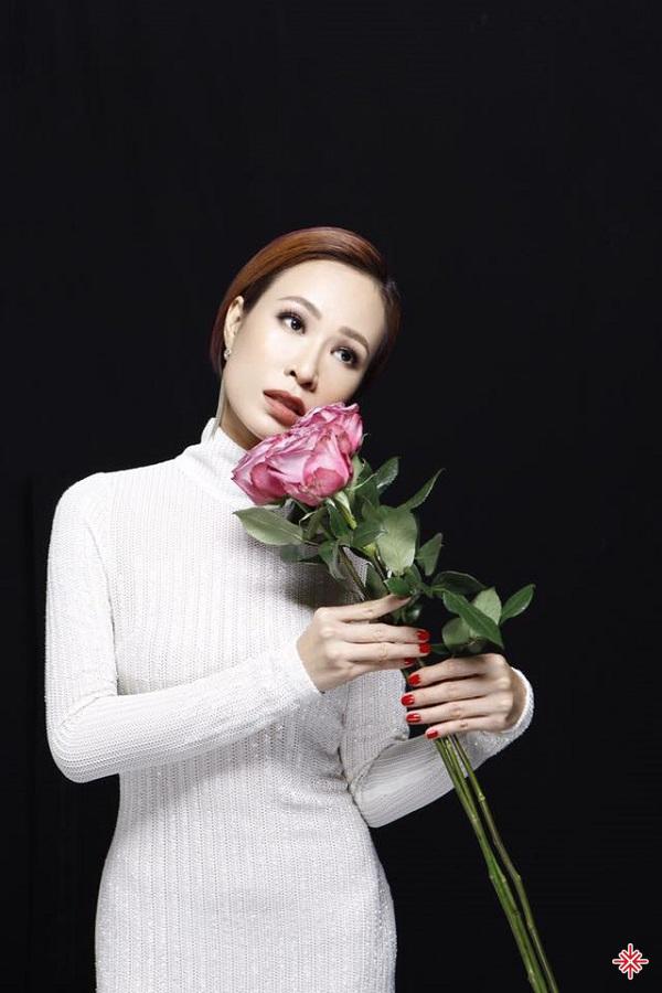 """Uyên Linh chia sẻ:  """"Trong quá trình sản xuất album, trái tim và tâm hồn của cô hoàn toàn bình thản và giảng hoà với nhau""""."""