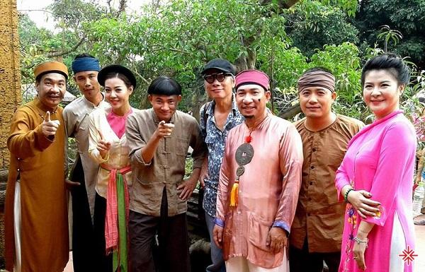 Phạm Đông Hồng (đeo kính) đạo diễn của hàng loạt bộ phim hài nổi tiếng.