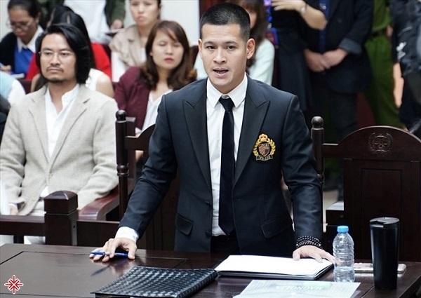 """Đạo diễn Việt Tú trong phiên tòa xử vụ kiện tranh chấp quyền sở hữu trí tuệ liên quan đến vở thực cảnh """"Ngày Xưa""""."""