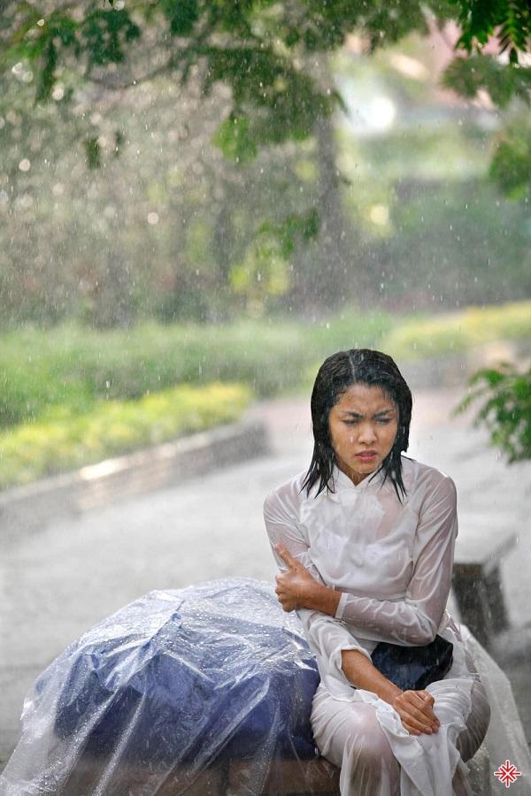 Tuổi thơ Tăng Thanh Hà là sự tất bật với công việc mưu sinh khi phải dậy từ tờ mờ sáng phụ mẹ nấu cơm, rồi đạp xe giao cơm cho khách, sau đó mới đến trường học.
