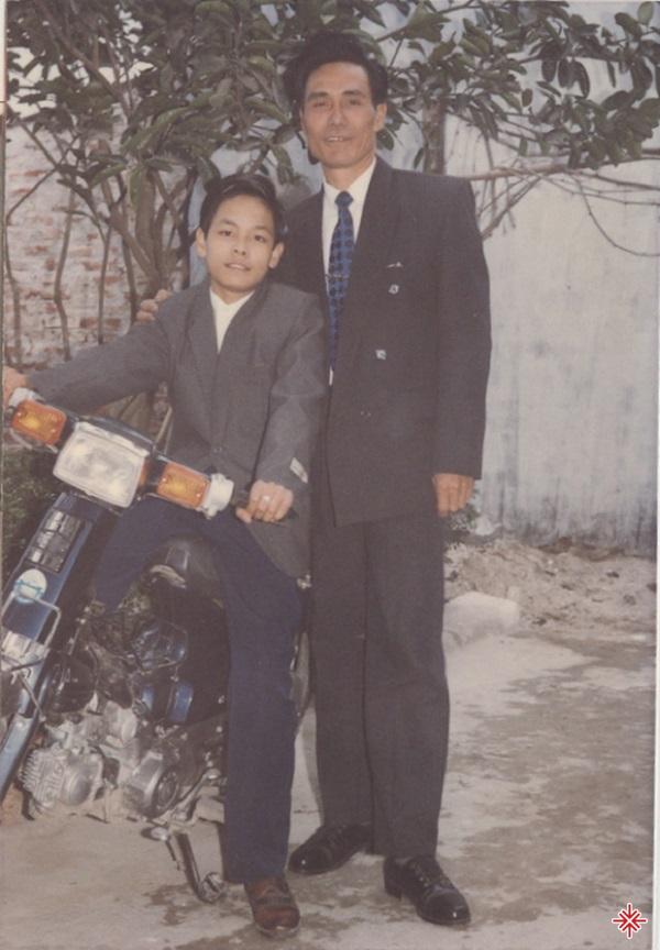 Phan Anh chụp chung với bố. Tết năm đó nhà mới mua được chiếc xe cúp 82.