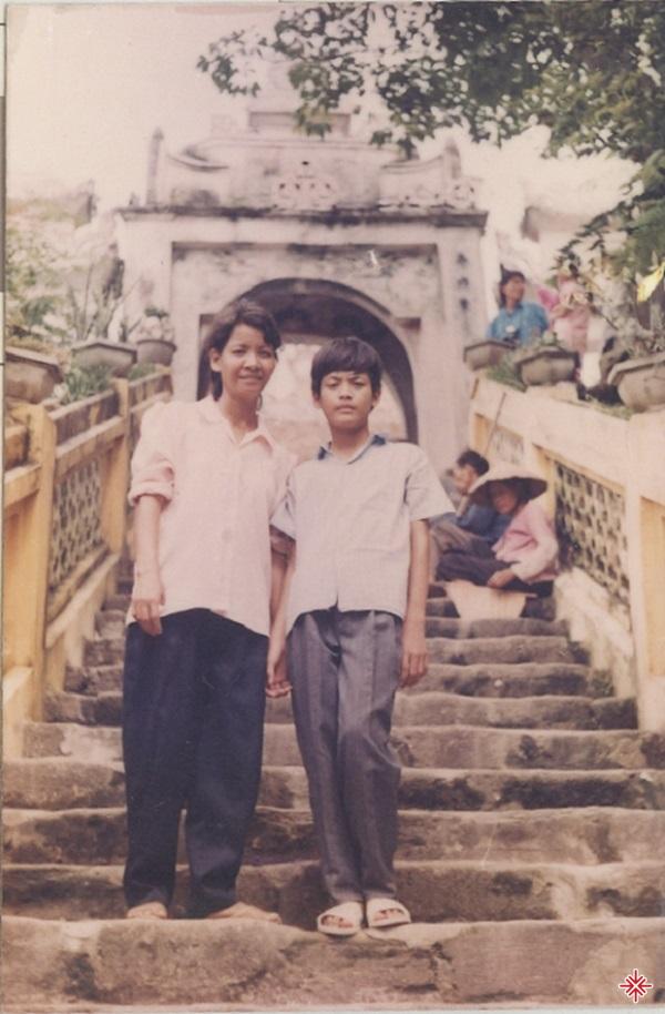 Hình chụp chung với mẹ khi đi chùa Hương của MC Phan Anh.