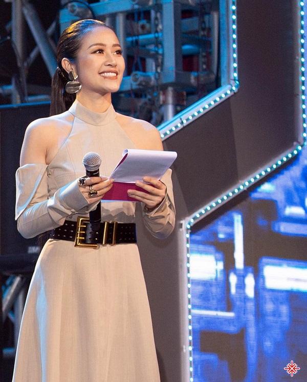 """Phí Linh bước ra từ chương trình tìm kiếm người dẫn chương trình chuyên nghiệp là """"Cầu vồng""""."""