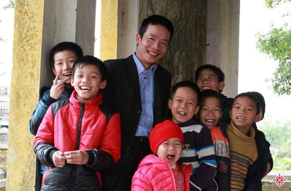 """Với """"Họ hàng tôi"""",  Nguyễn Vĩnh Tiến lấy cảm hứng về những người họ hàng quanh năm đầu tắt mặt tối, chỉ có đúng hai dịp hiếu và hỷ là tụ tập và có cơ hội gặp mặt đông đủ."""